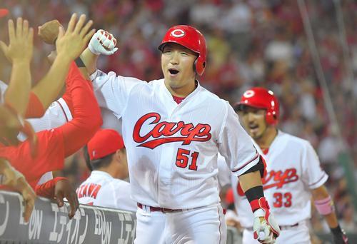 広島対巨人 7回裏広島1死一塁、右越え2点本塁打を放ち笑顔を見せながらナインとハイタッチする鈴木誠也(撮影・上田博志)