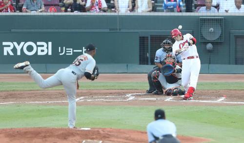 1回裏広島2死一塁、鈴木は先制の左越え2点本塁打を放つ(撮影・林敏行)