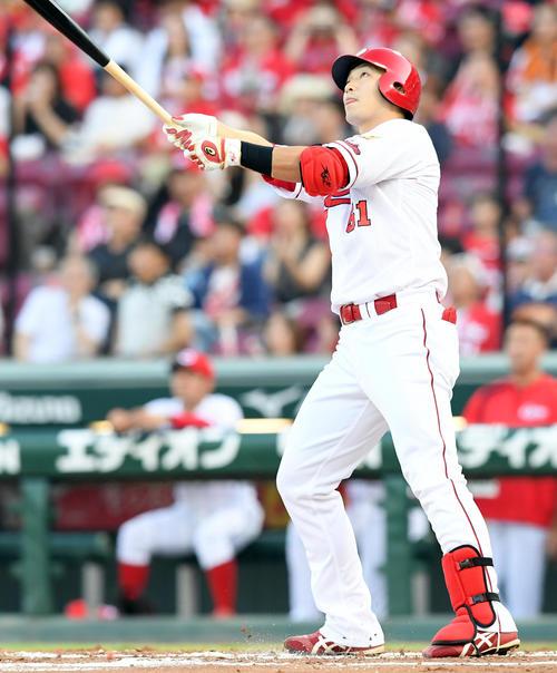 左越えに先制の19号2点本塁打を放つ鈴木(撮影・ たえ 見朱実)
