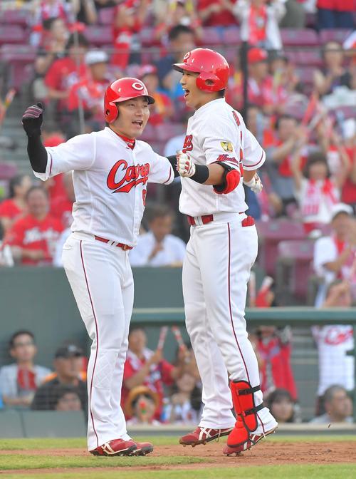 丸佳浩(左)とハイタッチして笑顔を見せる鈴木誠也(撮影・上田博志)