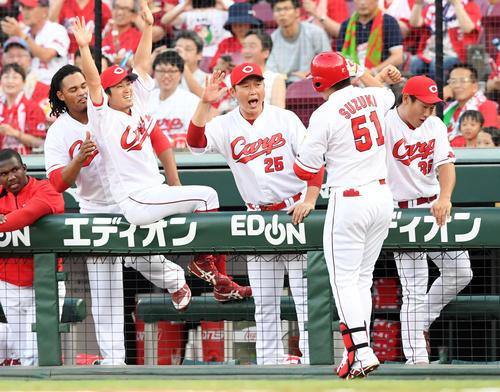 2点本塁打を放った鈴木誠也を迎えるナイン(撮影・ たえ 見朱実)