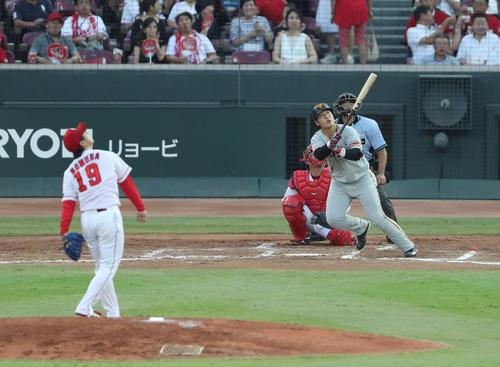 4回表巨人2死、岡本は左越え本塁打を放つ(撮影・林敏行)