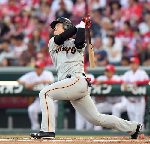 左越えに21号ソロ本塁打を放つ岡本(撮影・ たえ 見朱実)