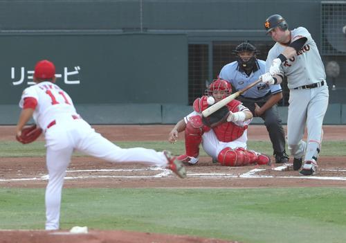 1回表巨人1死三塁、マギーは先制の中犠飛を放つ(撮影・林敏行)