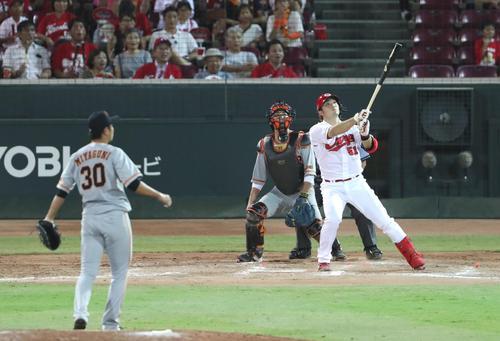 8回裏1死一塁、鈴木は左越え2点本塁打を放つ(撮影・林敏行)
