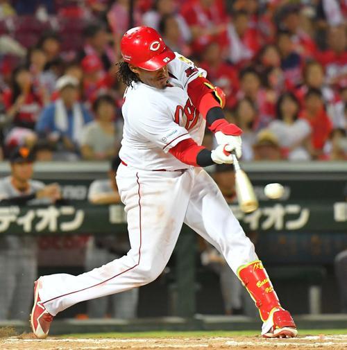 8回裏広島1死2死、左越えソロ本塁打を放つサビエル・バティスタ(撮影・上田博志)