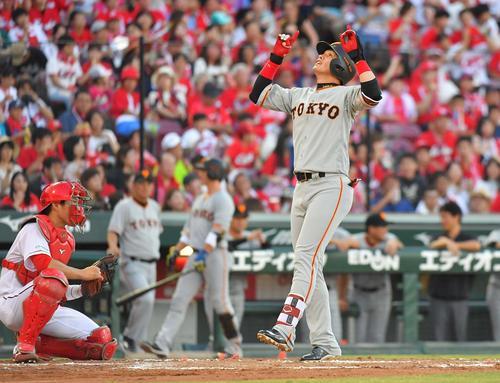 2回表巨人1死、右越えにソロ本塁打を放ち天を指をさす陽(撮影・上田博志)
