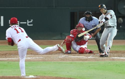5回表巨人無死三塁、山本は左前適時打を放つ(撮影・林敏行)