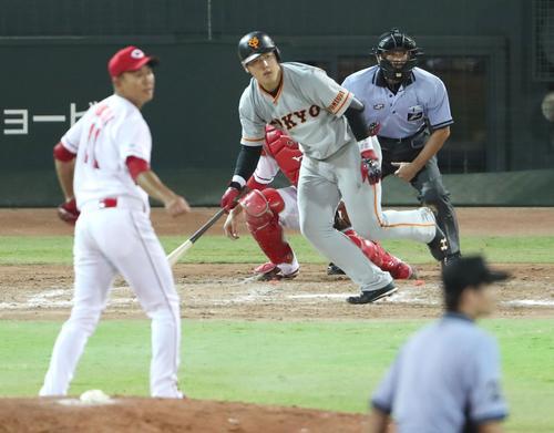 5回表巨人無死二、三塁、岡本は左前適時打を放つ(撮影・林敏行)