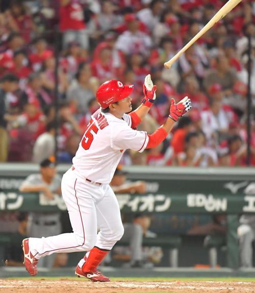 5回裏広島無死、中越えへソロ本塁打を放つ下水流昂(撮影・上田博志)
