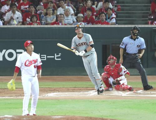 6回表巨人無死一塁、マギーは左越え2点本塁打を放つ(撮影・林敏行)