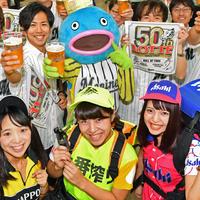 PRで来社した謎の魚第5形態とビールの売り子さん。前列左からサッポロのみこさん、キリンのまなみさん、アサヒのゆきさん(撮影・横山健太)