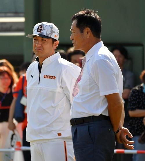 試合前練習で巨人高橋監督(左)と話す中畑氏(撮影・滝沢徹郎)
