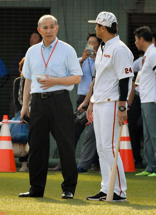 試合前練習中に巨人高橋監督(右)と話す西本聖氏(撮影・滝沢徹郎)