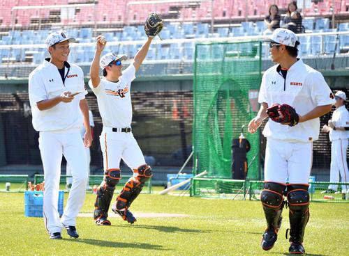 試合前練習でノッカーを務めた巨人坂本勇(左)はバットが折れ苦笑いする。右は大城、中央は小林(撮影・滝沢徹郎)