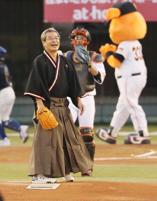 始球式を行った富山県出身の落語家立川志の輔(撮影・野上伸悟)