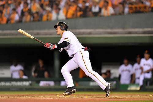 巨人対DeNA 3回裏巨人2死一塁、岡本は逆転となる左越え2点本塁打を放つ(撮影・滝沢徹郎)