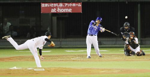4回表DeNA無死、吉川光から左越え本塁打を放つ筒香(撮影・野上伸悟)