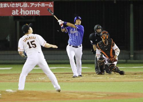 8回表DeNA無死、沢村から左越え本塁打を放つ筒香(撮影・野上伸悟)