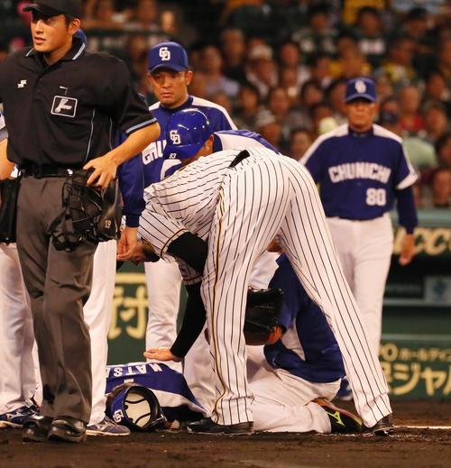 メッセンジャーは頭部死球を与えた松井雅人に謝罪する(撮影・宮崎幸一)