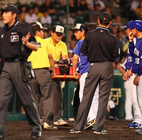 松井雅人は頭部死球を受け担架で運ばれる(撮影・宮崎幸一)
