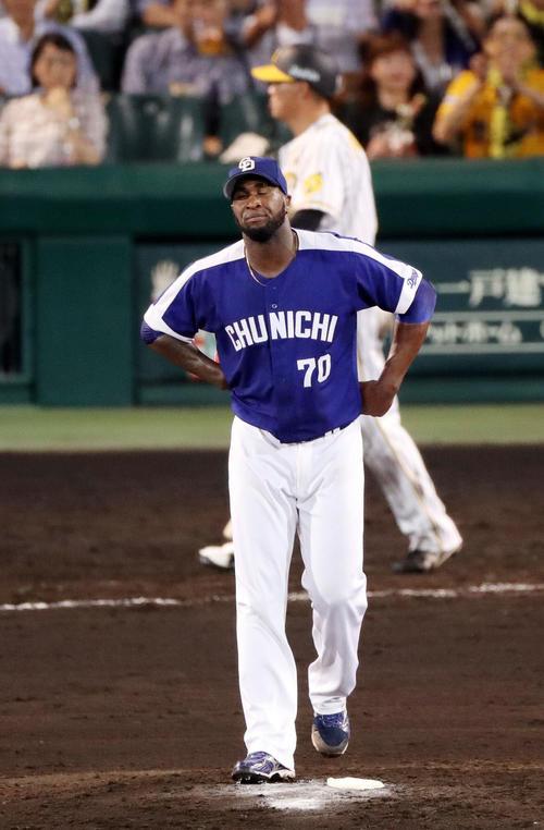 4回裏阪神2死二、三塁、打者福留の時、ボークを犯し三塁走者の生還を許すガルシア(撮影・前田充)