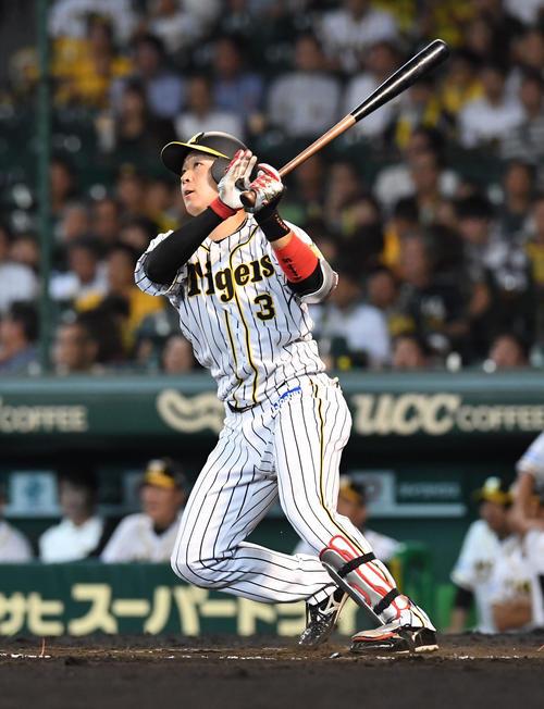 7回裏阪神無死、大山悠輔は左越え本塁打を放つ(撮影・奥田泰也)