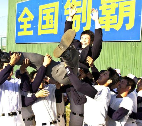 3巡目で福岡ダイエーホークスに指名された三菱重工長崎の杉内俊哉は、ナインに胴上げされる(2001年11月19日撮影)