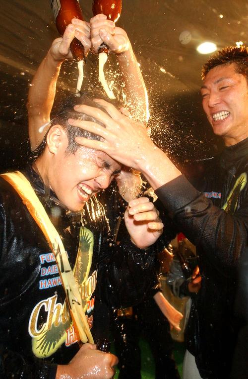 03年10月、優勝祝勝会で斉藤(右)らからビールをかけられる杉内