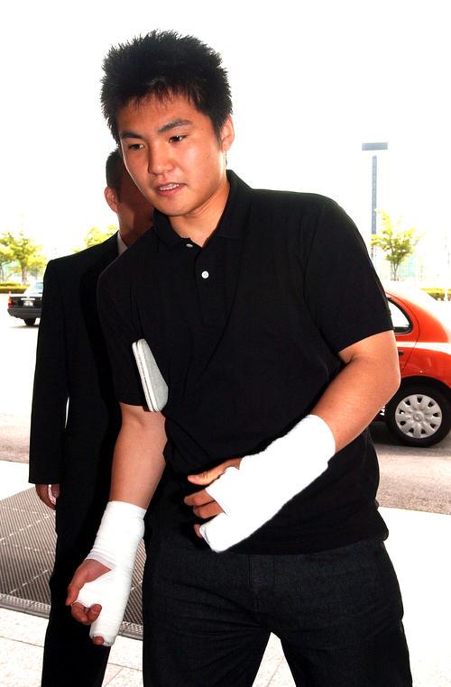 04年6月、両手を痛々しく固定した杉内俊哉は「馬鹿なことをしました」とコメントを残し急ぎ足で病院に入る