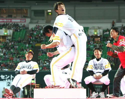 10年11月、ファン感謝デーの尻相撲で松田を破る杉内(左)