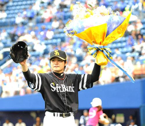11年6月、横浜戦でプロ入り通算1500奪三振を達成し花束贈呈を贈られるソフトバンク先発の杉内