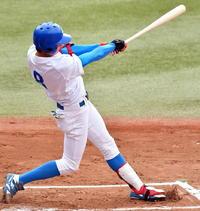 東農大対青学大 初回に先頭打者本塁打を放つ青学大・鈴木駿
