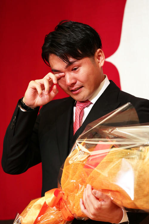 今季限りでの引退を発表した巨人杉内は内海哲也からの花束に涙を見せる(撮影・足立雅史)