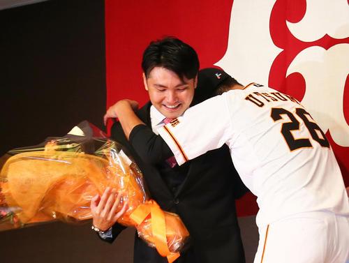 今季限りでの引退を発表した巨人杉内(左)は内海と抱き合う(撮影・足立雅史)