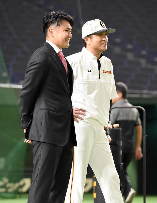 試合前、高橋由伸監督にあいさつに訪れた巨人杉内(撮影・たえ見朱実)