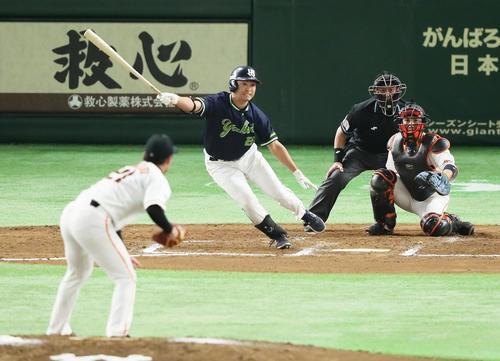 7回表ヤクルト無死、青木は左前打を放つ。投手吉川光(撮影・足立雅史)