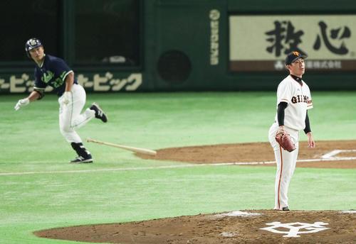 青木(左)に左前打を浴びる吉川光(撮影・足立雅史)
