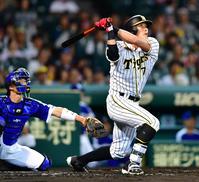 阪神対中日 1回裏阪神2死二塁、同点となる右越え2点本塁打を放つ糸井(撮影・清水貴仁)