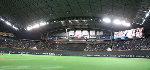節電のため左翼スタンドの大型ビジョンの使用を停止する札幌ドーム(撮影・黒川智章)