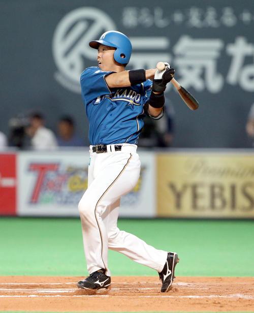 6回裏日本ハム1死三塁、鶴岡は左前適時打を放つ(撮影・佐藤翔太)