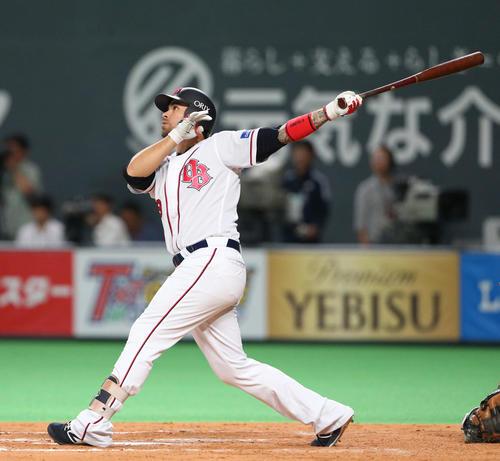 9回表オリックス無死一塁、ロメロは左越え2点本塁打を放つ(撮影・佐藤翔太)