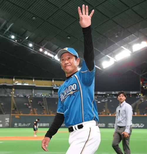 試合後、スタンドのファンに手を振る栗山監督(撮影・黒川智章)