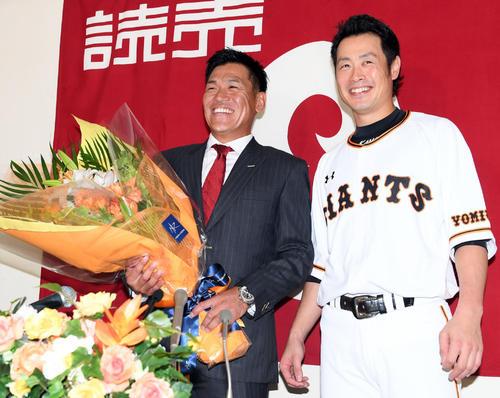 引退会見で亀井(右)から花束を贈られ笑顔を見せる脇谷(撮影・たえ見朱実)