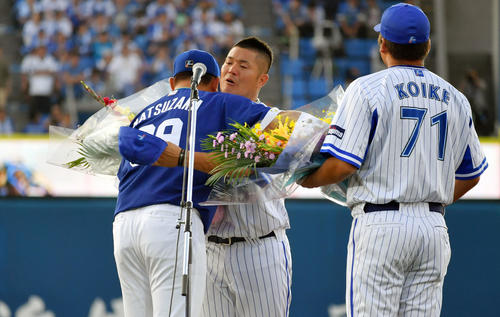 DeNA対中日 引退セレモニーで中日松坂(左)から花束を受け取り抱き合うDeNAG後藤(中央)。右は小池コーチ(撮影・滝沢徹郎)
