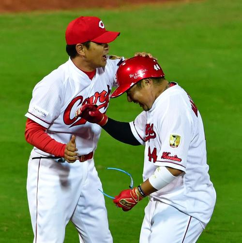 9回裏広島1死二、三塁、右前へサヨナラ打を放った松山(右)と笑顔で出迎える緒方監督(撮影・清水貴仁)