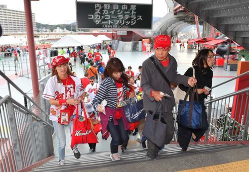 開門と同時に席の確保に走る広島ファン(撮影・上田博志)