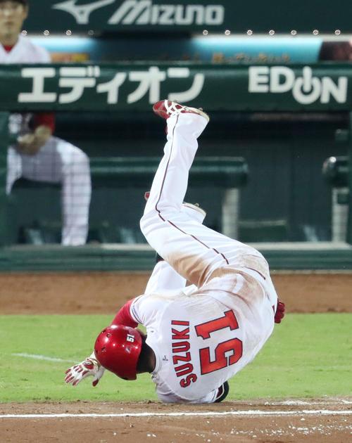 広島対ヤクルト 5回裏広島無死、鈴木は遊ゴロを放ち一塁にヘッドスライディングで跳び込みセーフとなる(撮影・加藤哉)