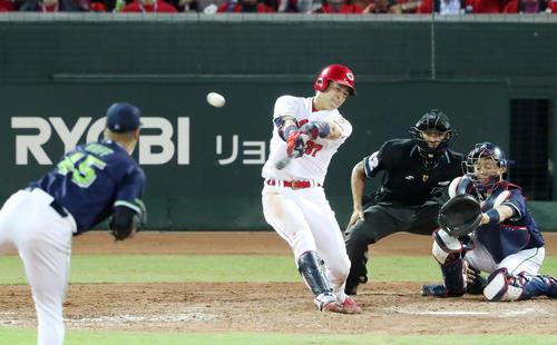 広島対ヤクルト 5回裏広島1死一塁、野間は右線適時三塁打を放つ(撮影・加藤哉)