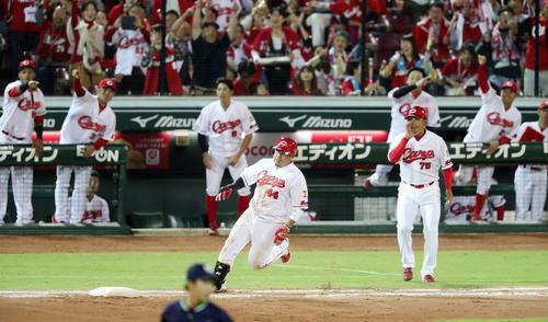 広島対ヤクルト 6回裏広島1死一、二塁、松山は右越え適時二塁打を放つ(撮影・加藤哉)